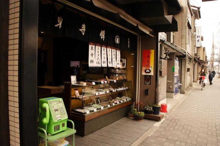 東寺の拝観の余韻に浸りながら、ちょっと一息つくなら「東寺餠」へ。東寺のすぐ横にお店があります。