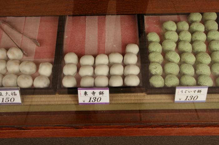 ふわモチ食感がたまらない求肥に上品なこしあんが良く合う「東寺餠」は、こちらの看板商品。他にもニッキが香る「亥の子餅」などどれも美味しく丁寧な仕事を感じる和菓子が揃います。  京都の和菓子屋さんらしい上品な佇まいでありながら、どこか懐かしさを感じさせるほっとできるお店です。
