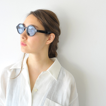 ベース型の顔ラインが気になる人は、曲線が優しさをもたらすラウンド型がおすすめです。顔を小さく見せたいなら、レンズの大きさは小ぶりよりもやや幅のあるほうが◎。