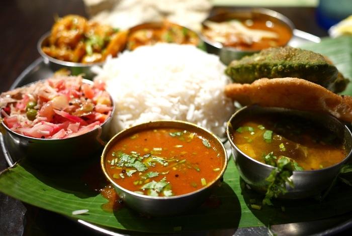 """それは、日本のご飯に味噌汁、主菜に副菜、香物が付いた定食と同じで、気楽に頂く日常食です。現在、カレーと共に脚光を浴び、人気急上昇中のインド料理です。  【画像左は野菜のスパイス炒め、中央がサンバルカレー、右がラッサムスープ。""""サンバル""""は、キマメと野菜を煮込んだスープで南インド定番のスープ。""""ラッサム""""も日常的に良く飲まれるスープだが、辛味と酸味が強いのが特徴的。どちらも、ご飯にかけて頂くのが一般的。】"""