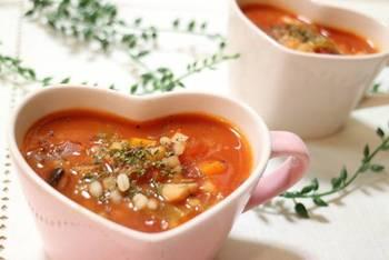 話題の「もち麦」を使った、具だくさんのスープはいかが?もち麦は、豊富な食物繊維がダイエットにぴったり。鶏むね肉も入って、ヘルシーだけどボリューミーな一品です。
