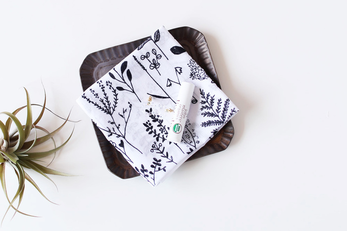 かわいいのは好きだけど、甘すぎるのはちょっと。そんな方は、こちら「CINQ」のモノトーンハンカチはいかが?フィンランドのアーティスト、マッティ・ブクヤムサが描いた黒のイラストが、真っ白な生地にキリリと映えます。