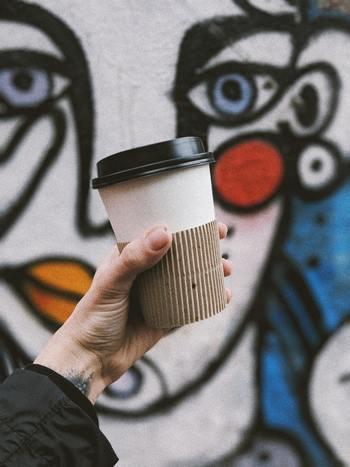 「ラテマネー」という言葉をご存知でしょうか? カフェやコンビニへ立ち寄って、つい何かを買って使ってしまうお金のことを言います。 例えば毎朝、出勤途中にカフェに立ち寄りコーヒーを買うとして、400円×20日(週5日×4週)×12ヶ月…1年間で96000円という、かなりの出費になります。利用頻度や、無駄な買い物がないかの見直しをしてみましょう。