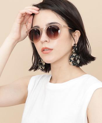 あごラインがスッと引き締まっている女性にはボストン型のサングラスがよく合います。小顔効果とオシャレ度を追求するなら、顔幅とレンズサイズを合わせて。