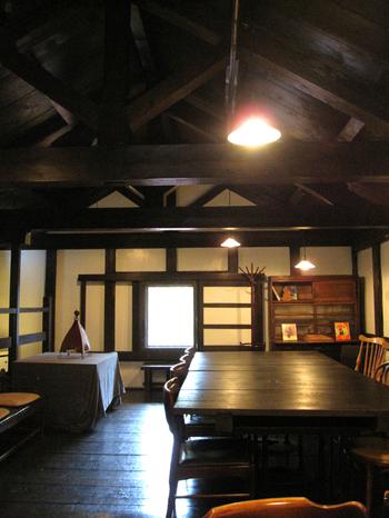 レトロな雰囲気を残した2階建のカフェ。こちらは2階席。1階には薪ストーブが置かれています。