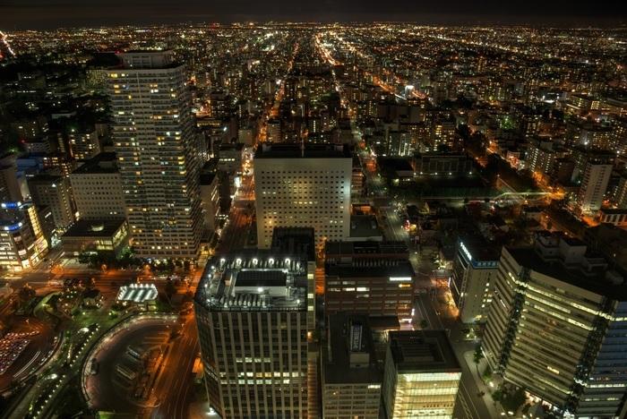 札幌駅付近で、静かな時間を過ごしたいなら、JR札幌駅直結「JRタワー」最上階の展望室「タワースリーエイト」へ。23時までオープンしている展望室には、360度パノラマの夜景を楽しめるカフェ空間「T'CAFE」があります。