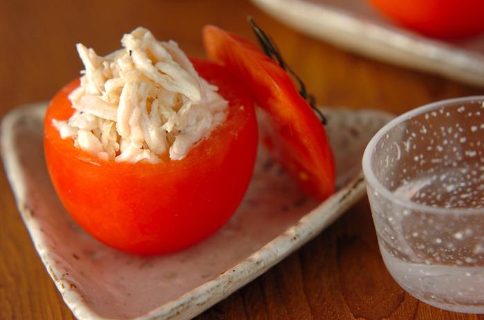 トマトはヘタ側を少し切り落とし、中をくり抜いてカップ状にし、冷蔵庫で冷やしておく。切り落としたヘタ側も使いますので取り置いて下さい。