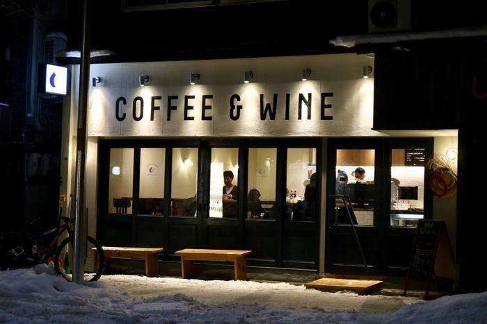 すすきの、狸小路7丁目から少し南にはずれたところに佇む「スタンダードコーヒーラボ」。南区の人気店の姉妹店です。営業は深夜1時まで。「COFFEE & WINE」こんな灯りに誘われたら、つい吸い込まれてしまいそう。
