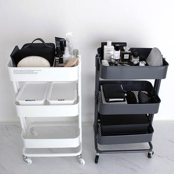 化粧品やメイク道具の収納には、キャスター付きでラクに移動できる「ワゴン」もおすすめですよ◎。洗面所や寝室などに一つ置いておくと、忙しい朝もサッと身支度ができてとっても便利です。こちらのブロガーさんのお家では、IKEAのRASKOG(ロースコグ)を使って、見た目もおしゃれに収納されています。