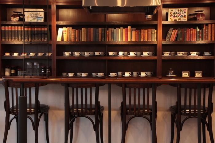 ギャラリーや書斎のような内装が素敵な「カフェ エ クラフト ユエ」は、すすきのにいることを忘れそうな、心地よく落ち着ける空間です。営業は23時まで(日曜日は19時まで)。