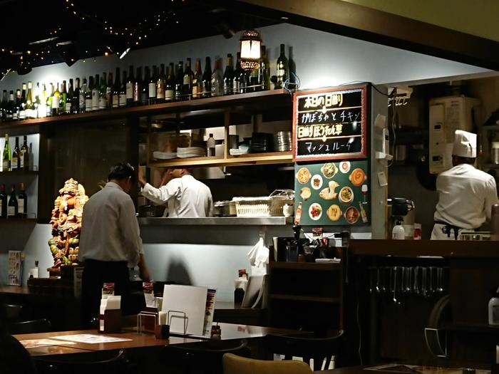 """そうした様々な目的をもって訪れる、多様な人々の嗜好を満たすように、「東京駅」周辺には、寿司屋、蕎麦店、和食店、喫茶店、甘味処、カフェ、洋食店、中華料理店等など、様々なジャンルの飲食店や専門店が、数限りない程に軒を並べています。【""""インド大使館御用達""""の人気店「インド料理ムンバイ 丸の内店」。」】"""
