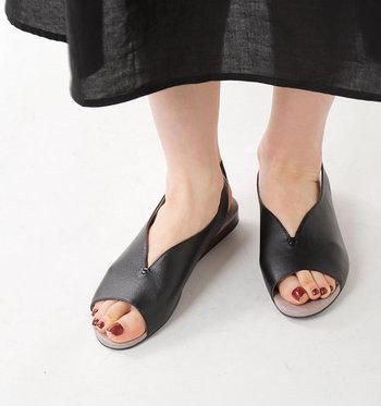 ゆるやかなVカットが印象的なレザーサンダル。女性らしい優しいフォルムながら、足元をすっきりと見せてくれるデザインです。フィット感のある柔らかいソフトカーフレザーを使用し、かかと部分は着脱しやすいゴム仕様。