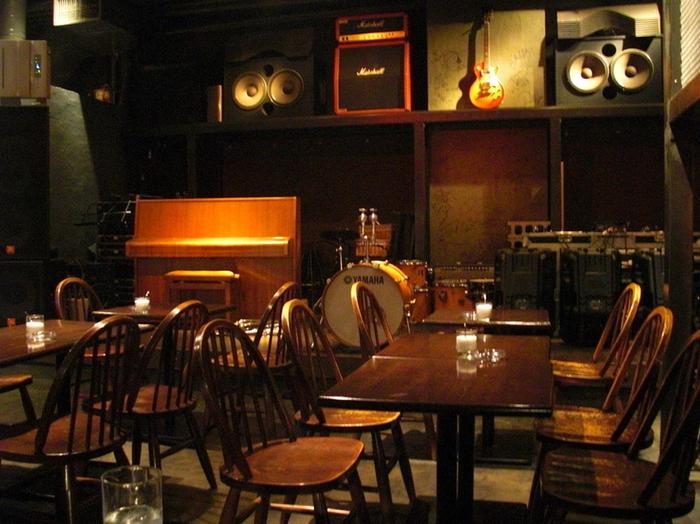 店内は吹き抜けになっていて天井が高く、地下とは思えない「抜け」のある空間。ピアノやドラム、オーディオなどがセットされていて、日によってはライブなどのイベントが行われることもあります。