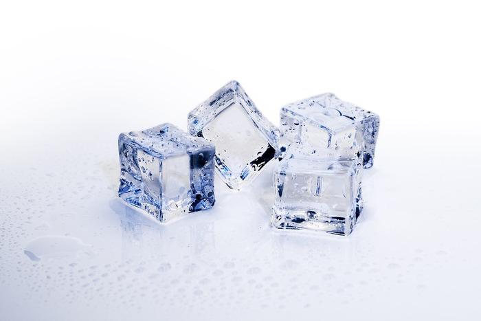 肌にほてりがあれば冷やしてあげるのが一番のケアです。直に氷やアイスバッグを当てると刺激が強すぎるので、タオルなどで巻いて肌あたりを和らげましょう。