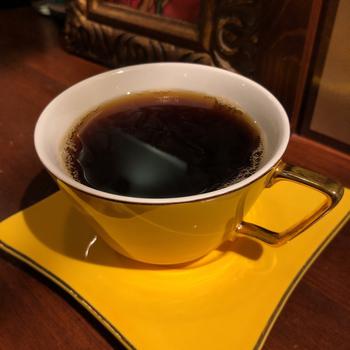 コーヒーは一杯ずつハンドドリップ。アレンジコーヒーやお酒も提供しています。バーと違ってチャージ料金がいらないので、飲みたい人とコーヒーだけの人が一緒に行けるのもいいところ。