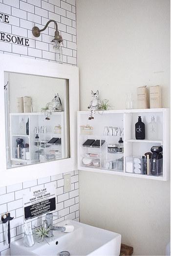 小さな棚を取り付けたら、化粧品など朝使うものを置いたり、また棚の中にクリアケースを入れて好きなものを収納するのもいいかも。
