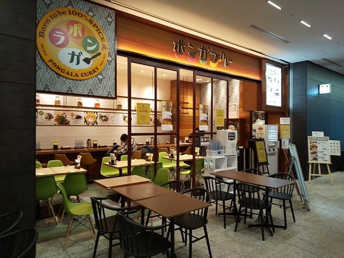 「ポンガラカレー」は、スリランカ独特のスパイスを用いた、本格カレーを提供する店。 「大手町プレイス店」の最寄り駅は、東京メトロ・都営三田線の「大手町」駅ですが、東京駅からなら歩いて10分弱で到着出来ます。【カジュアルな雰囲気の「ポンガラカレー大手町プレイス店」】