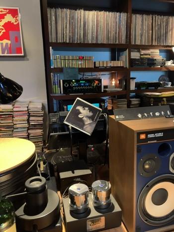 店内には本格的なオーディオとレコードがぎっしり。一人で訪れて、音楽に身を任せて過ごすのも心地よい空間です。