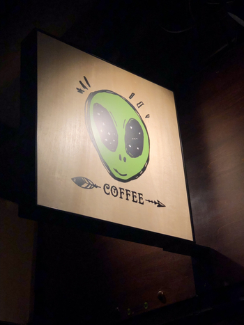 カフェはその名も「0番地珈琲店」、ビルの地下、かわいい宇宙人の看板が目印です。15時〜深夜2時(週末は2:30)までの営業です。
