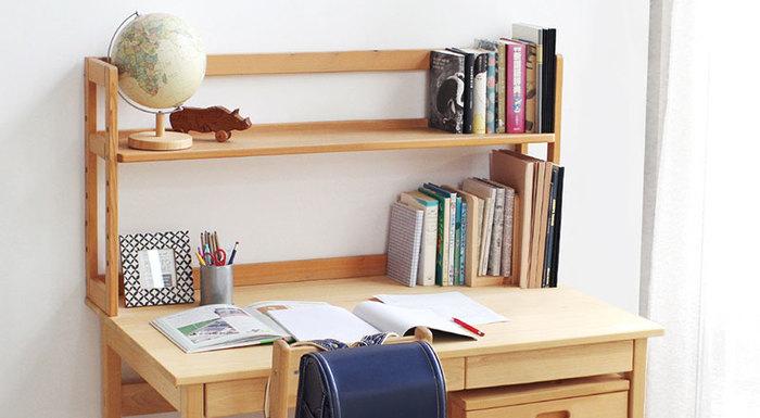 学年が上がるごとに増えていきがちな教科書類。頻繁に使うものはデスク上の棚に、あまり使わないものは本棚に収納しておくとよいでしょう。デスクの上はいつでもスッキリさせておいて、勉強するとき集中できる環境を作ります。進級、進学時には持ち物をチェックして、必要のないものは思い切って処分するように心がけると、モノが増えすぎるのを防げます。