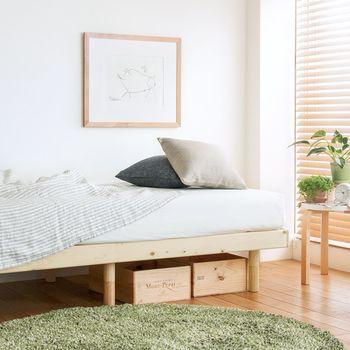 ベッドを設置するなら、ベッド下に収納できるスペースがあるものを選ぶとよいでしょう。年齢が上がるごとに増えていくスポーツ用品や趣味のグッズなどをデッドスペースに収納でき、何かと便利です。
