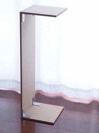 そこで考えたのが、プリンタをピタッと収めるための棚づくり。ホームセンターでぴったりサイズにカットしてもらった木材をとネジ、L字金具などを使い、コの字型に棚を作成。