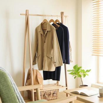 ランドセルと同様に、制服も置き場を決めておくと便利です。通学かばんも一緒に収納しておくと、朝の身支度がグッとラクになります。