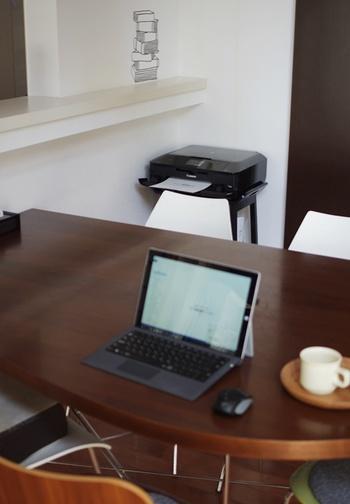 パソコンの収納場所を、棚の中や上に限定しなくても、こんな素敵なアイデアがあったんですね…。黒のプリンターが、同色の黒のスツールとマッチして、とってもお洒落な雰囲気!使い勝手も良さそうです。