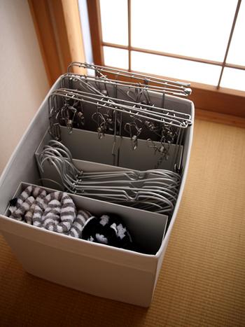 このようにボックスの中をファイルボックスで仕切り、ピンチハンガーまで収納。洗濯機の上などにボックスごと乗せておけます。