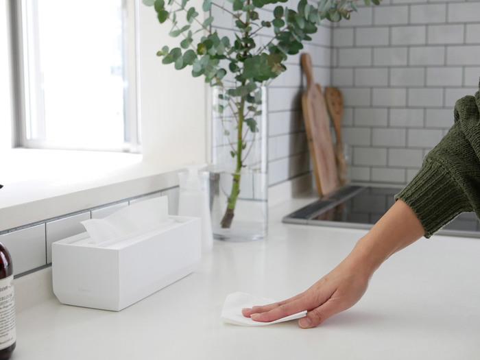 汚れていたら、気付いた時にさっとひと拭き。この習慣がきれいを保つコツです。白のインテリアは汚れが目立ちやすいため、掃除のしやすい環境づくりをしておくことも大切なポイントです。