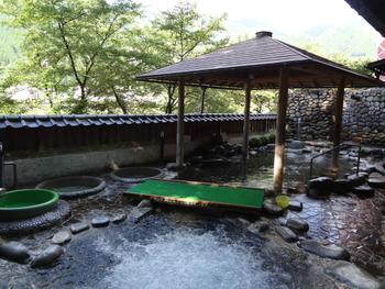 様々な露天風呂を楽しめる「クアガーデン露天風呂」もおすすめ。  ちょっと修行気分で「打たせ湯」を楽しんだり、「泡沫浴」の気泡によるマッサージを楽しんだり・・。飛騨川のすぐそばにあるので、川のせせらぎを楽しみながら、外のお湯につかれますよ。  休憩室もあるので、銭湯というよりは、観光客もくつろげる温泉施設の雰囲気です。