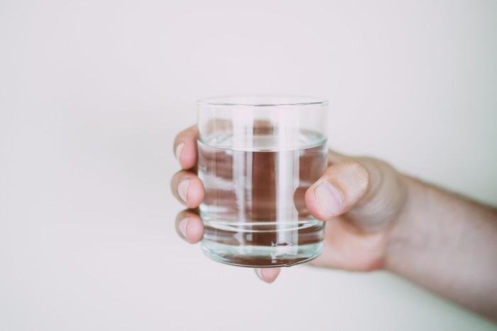 """ハッカ油愛用者の中には、お水にハッカ油を1滴垂らした""""ハッカ水""""を飲むという人も。ハッカの清涼感が胃腸の働きを活発にするのだそう。夏バテした時に良さそうですね。"""