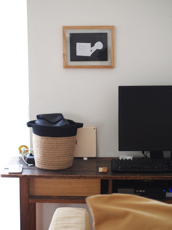 こちらのブロガーさんは、お気に入りの机をパソコンデスクとして使っているそうです。引き出し部分にはケーブルボックス、パソコン本体、USBハブなどをコンパクトにスッキリと収納。ただ、ひとつだけ気になっていたのがプリンターの置き場所。床に直接置いていたので、埃が溜まりやすく、掃除が大変だったんだとか…。