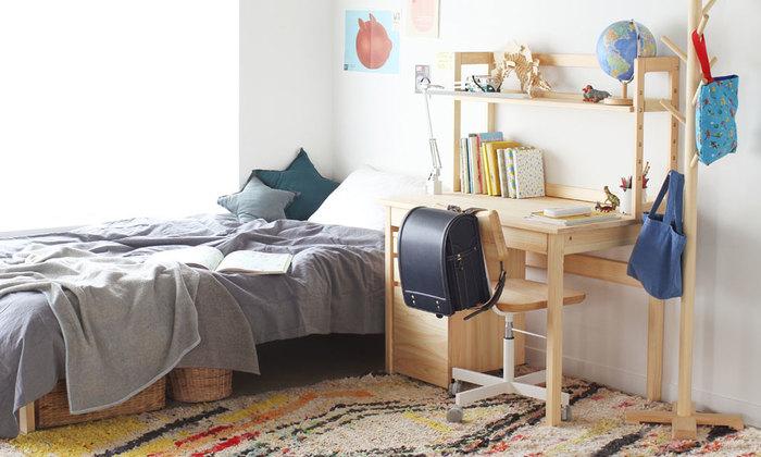子ども部屋の中で寝るスペース、勉強するスペース、遊ぶスペースを決めておくと、自然と生活にメリハリが生まれます。収納場所はそれぞれ使う場所の近くに設置することで、整理整頓しやすい工夫をします。