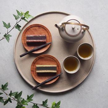 写真のようにお盆として使うほか、小皿や小鉢を並べれば、レストランのようなおしゃれな食卓に。白漆の優しい色合いが食卓を引き立ててくれますね。