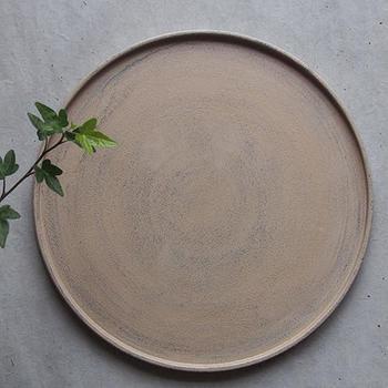 漆器と言っても、その色は様々。例えば、白漆は黒や赤い漆器よりも季節やシーンを選ばず、日常の食卓に馴染みます。<木工作家 conogu(このぐ)>の白漆の丸盆は、ざらりとした質感がモダンな印象。