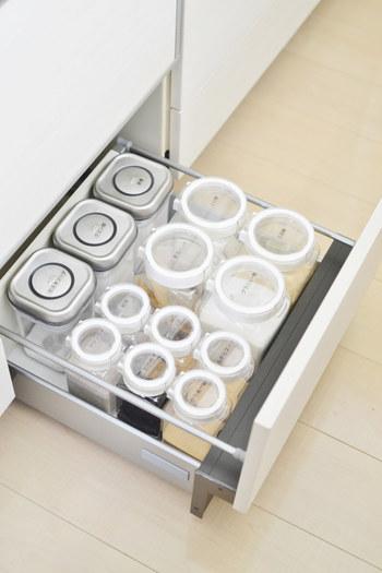 調味料も容器を揃えてスッキリ収納を目指しましょう。同じシリーズで揃えると引き出しの中でも綺麗に収まり、グッと使いやすくなりますよ。ラベリングをしておくと、わかりやすく使い勝手もよくなります。
