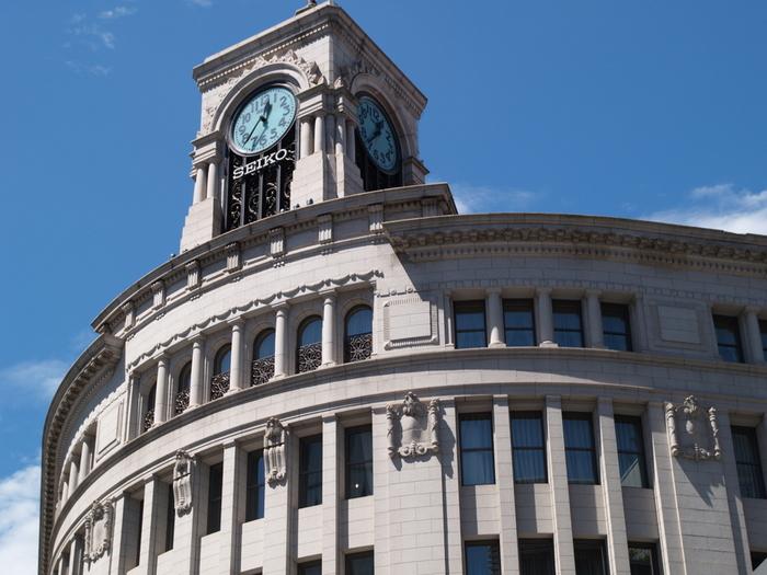 銀座を象徴する時計台。店舗営業時間中の毎時0分にカリヨンの鐘の音が鳴り響くのも、銀座らしさを感じる風物です。1881年に「服部時計店」として創業し、現在はオリジナルの時計や宝飾品、バッグなどを販売しています。著名人が多く訪れ、銀座のなかでも、さらに「特別感」が漂う高級専門店です。