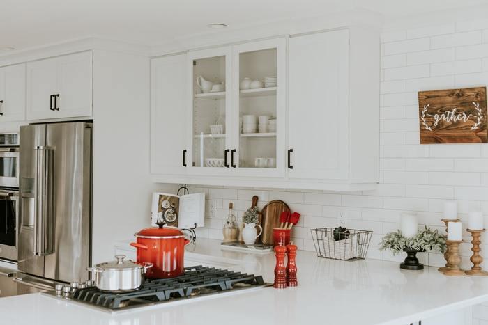 ついつい億劫になってしまいがちなキッチンのお掃除。物を減らしたりこまめに拭き掃除したりなど、シンプルで丁寧な暮らしを意識することでグッと楽になります。綺麗なキッチンだと料理も楽しくなるので、ぜひ実践してみてくださいね。