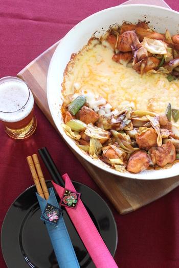 人気のチーズタッカルビもフライパンで簡単に作ることができます。味付けした鶏肉、キャベツ、ネギを炒めたら、フライパンの両サイドに寄せて真ん中にチーズを入れます。蓋をしてチーズが溶けたら出来上がり。