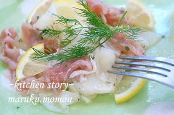 塩を振った薄切りの大根の水気を絞り、生ハムと和えて。これも薄切りのレモン(皮も食べられるもの)を添え、ディルを載せてはなやかなひと皿に。