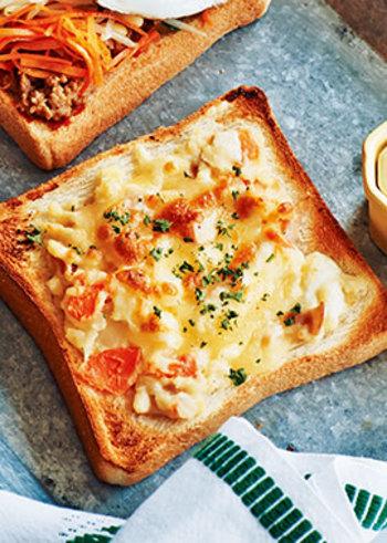 朝ごはんやランチに作りたい、チーズトースト。クリームチーズとピザ用チーズ、2つのチーズを使って濃厚に仕上げています。具材は少し潰して平らに塗ると綺麗に仕上がりますよ。