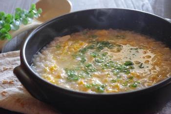 ネギ以外は、包丁を使わずに作ることができる簡単レシピ。 ざっくりとちぎった豆腐が、やさしいアクセントに。 味付けも、めんつゆを使っているので、調整しらずでぱぱっと作れます。