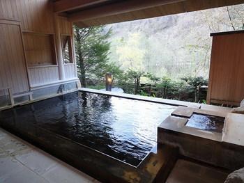 こちらは、大浴場の「福の湯」。内湯とはいえ開放感たっぷりですね。  そのほか、露天風呂の釜湯・岩湯、さらには内湯付きの貸切露天風呂、足湯部屋など・・地下300mより汲み上げる自家源泉をたっぷり堪能してみては。