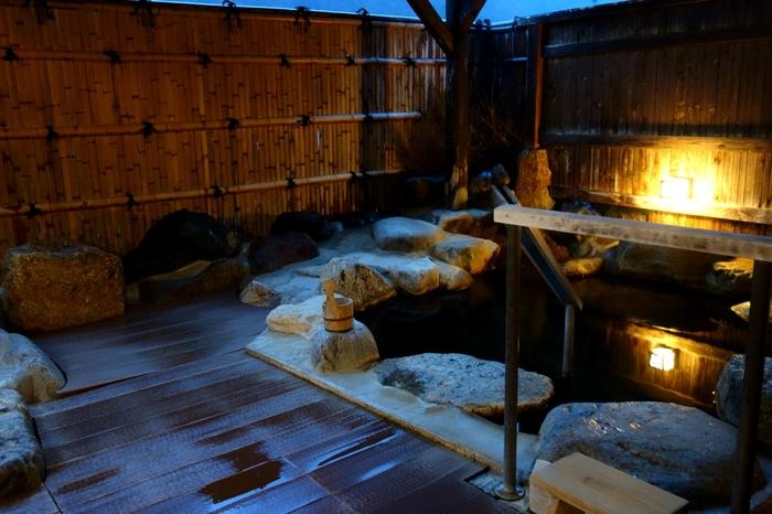 こちらは、山ぼうしの貸切露天風呂。貸切露天風呂には「里の湯」、「蔵の湯」の2種あり、なんと、宿泊者は、無料(「借切中」のお札をかけるだけ)で利用可能。そのほか、もちろん内湯や露天風呂がありますよ。お部屋には半露天風呂付き客室もあり、きっとどなたも満足できるのでは。  *日帰り利用可ですが、大浴場のみが対象となりますので、あらかじめご了承ください