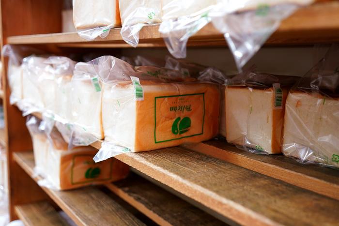 ペリカンのパンは、食パン、ロールパンの2種類。形や大きさの違いをつけても10種類のみ。店内入って右側にある棚には、できたてが並びます。奥では、せっせとパンをつくる職人さんたちがいて、その様子を眺めることができます。