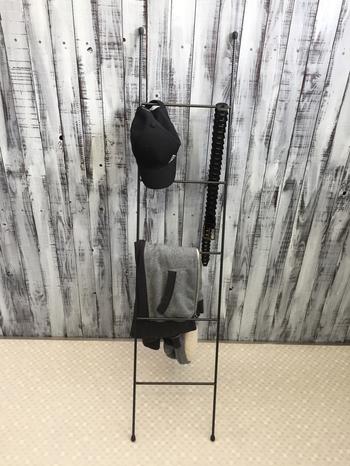 ボリュームのある上着もラダーなら、ざっくりとした収納が美しく整います。ラダーは下の段の方が壁とのすきまが大きいので、厚みのあるものもきれいにかけられるんですよね。
