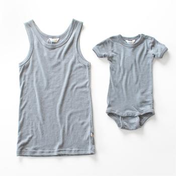 肌が敏感な赤ちゃんも、産後のママの肌も優しくいたわる、メリノウール素材のインナーセットです。オールシーズン使えるので出産時期を気にせず贈れるところも高ポイント。