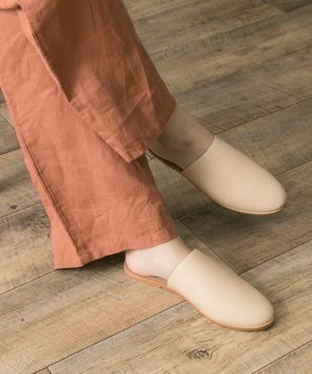 スリッパのようなデザインがカジュアルなレザーシューズも、ベージュカラーで上品なイメージに。足の甲を覆うタイプでも、抜け感をキープできます。リラックス感のあるパンツや、ボリュームのあるワンピースでも、すらっとした足元を演出できますね。