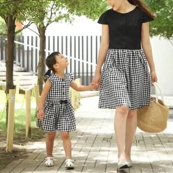ベーシックなギンガムチェックを用いた、親子リンクワンピースのセットです。お揃いの服を着ることで、見慣れた風景もキラキラわくわく、幸せなひとときに変わるはず。